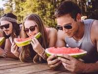 Amici che mangiano - Amici che mangiano anguria