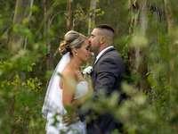 Lo sposo dà il bacio sulla fronte della sposa