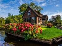 Casa con flores - Casa Con Flores, Canal De Agua