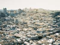 Взех това в слънчев ден от Coit Tower - въздушна фотография на градска сграда през деня. Coit Tower
