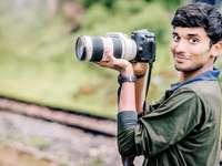 Fotografering är kärlek - man tar foto i selektiv fokusfotografering. Ooty, Indien