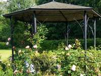 беседка в градината - време за почивка сред розите