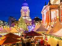 Weihnachtsmarkt in einer Stadt