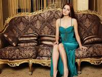 жена, седнала на дивана