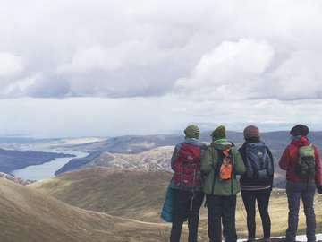 fyra personer som står medan du tittar på bergsutsikt