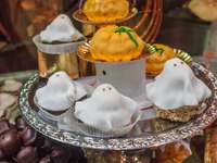 Halloween Cookies - 2 white and brown cupcakes on clear glass plate. Centro, Torino TO, Italien