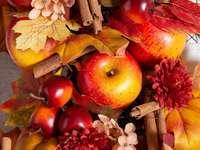 Herbstdekoration - Herbstdekoration mit Äpfel und Zimt