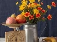 Asters con frutas y manzanas en una báscula