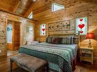 Двуетажна стая с дървена кабина с обилни прозорци