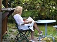 γυναίκα με λευκό πουκάμισο - γυναίκα σε άσπρο πουκάμισο που κάθεται σε μαύρη μεταλλ