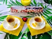 vit keramisk tekopp på gul keramisk tefat