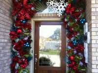 Χριστουγεννιάτικες διακοσμήσεις μπροστά από την είσοδο του σπιτιού