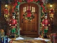 Décorations de Noël devant l'entrée de la maison