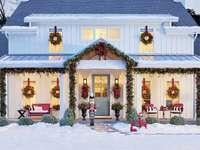 Weihnachtsdekoration vor dem Haus