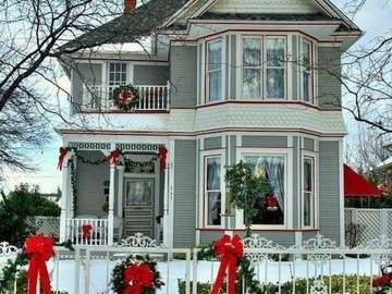 Juldekoration framför huset