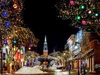 Décoration de Noël dans une ville le soir