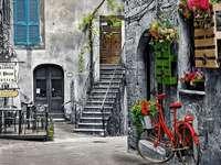 Наемна къща и червен велосипед.