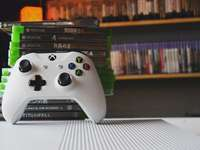 бял контролер за игри на xbox one