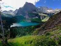 водоем близо до планини през деня