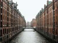 zbiornik wodny między budynkami z brązowego betonu - zbiornik wodny między budynkami z brązowego betonu w ciągu dnia. . Hamburg, Niemcy