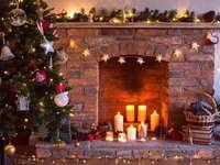 Décorations de Noël devant la cheminée