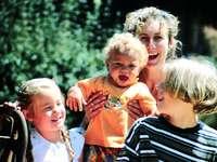 žena v černé a bílé pruhované tričko nesoucí dítě