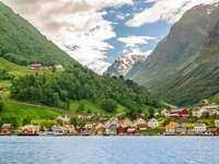 Норвегия - град между планините