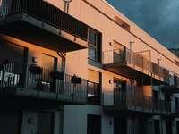 biały i brązowy betonowy budynek pod błękitnym niebem - biały i brązowy betonowy budynek pod błękitnym niebem w ciągu dnia. .