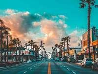 Готина улица - Улица с палми, къщи и коли