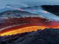 Vulcanul în erupție