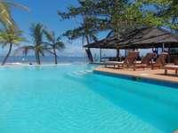 Όμορφη πισίνα - Όμορφη πισίνα στην παραλία
