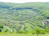 widok z lotu ptaka na zielone góry w ciągu dnia - Transilvania, Rumunia.