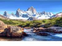 τοπίο στα βουνά - καταρράκτη και βουνό με βράχια και γρασίδι