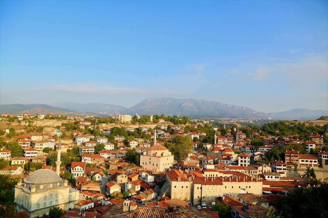 въздушна фотография на къщи и дървета - Сафранболу, Карабюк, Тюркие (4×3)