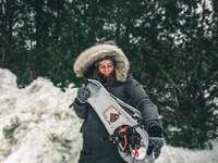 nő fekete kabátot gazdaság fehér és piros hó szán
