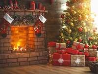 Décorations de Noël à côté de la cheminée