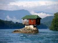 Κατοικημένος βράχος στη λίμνη - Κατοικημένος βράχος στη λίμνη