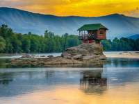 Obydlená skála v jezeře