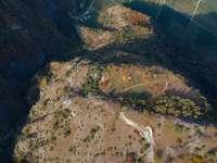 letecký pohled na zelené a hnědé půdy