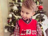 αγόρι σε κόκκινο και λευκό καρό πουκάμισο