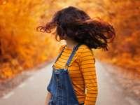 Een meisje op een weg