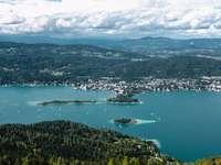 vue aérienne de la ville près du plan d'eau pendant la journée - Une belle journée d'été en Autriche. Pyramidenkogel, Österreich