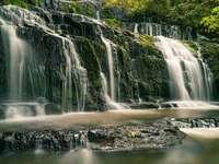 водопад върху скалите