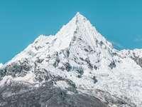 планина, покрита със сняг през деня