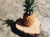 fruct de ananas maro și verde pe masă de lemn maro - Un ananas într-o zi însorită. Đường Tỉnh Lộ 609B, H. Đại Lộc, Vietnam