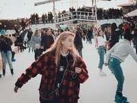 les gens patinent sur la glace pendant la journée