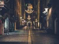 persoană care merge pe o cale care arată candelabru aprins - persoană care merge pe o cale care arată candelabru aprins în timpul nopții. . Innsbruck, Austri