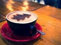 tazza blu con cappuccino sulla ciotola rossa