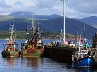 kék és barna hajó a kikötőben napközben - Ullapool  A Lochbroom partján fekvő festői Ullapool halászváros a Skóciai Észak-Felvidék kap