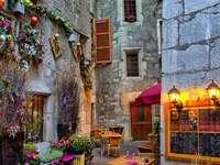 Стара малка уличка някъде във Франция